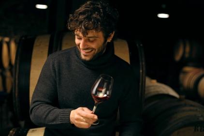 Jean déguste le vin rouge du domaine familial.