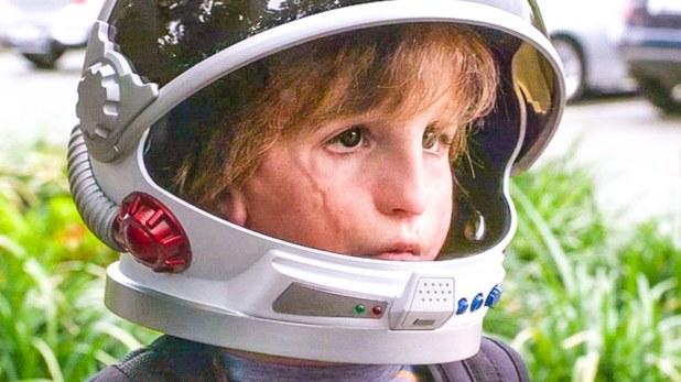 Wonder Auggie avec son casque de cosmonaute