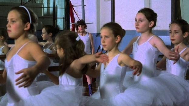 Billy au milieu des danseuses